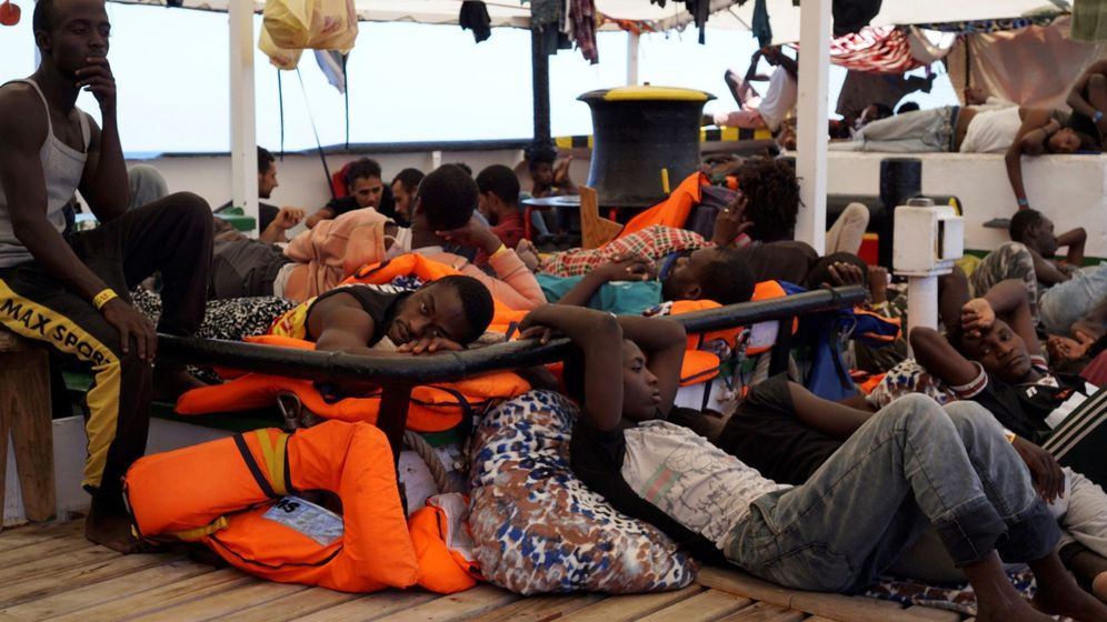 Foto: Algunos de los migrantes en la cubierta del Open Arms. (EFE)