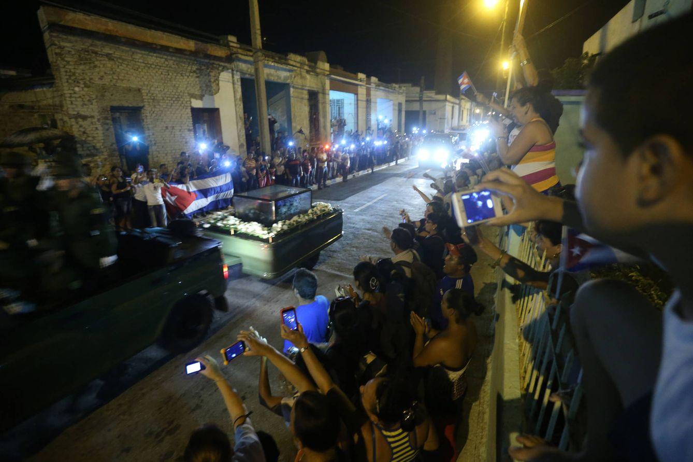 Foto: Cubanos observan el paso de las cenizas de Fidel Castro, en Camagüey, el 1 de diciembre de 2016 (Reuters).