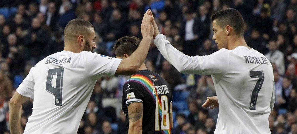 Foto: Benzema y Cristiano Ronaldo celebran uno de los 10 goles que el Real Madrid endosó al Rayo Vallecano. (EFE)
