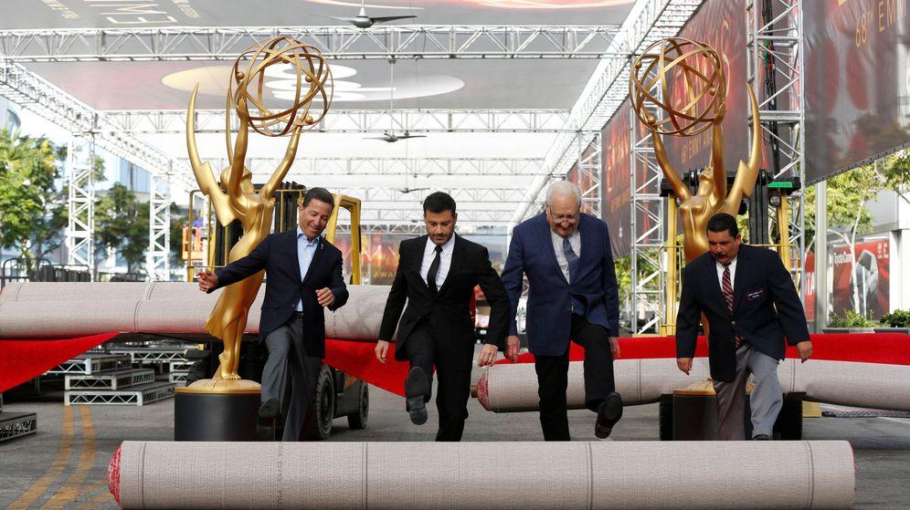 Foto: Jimmy Kimmel, presentador de la gala, extiende la alfombra roja