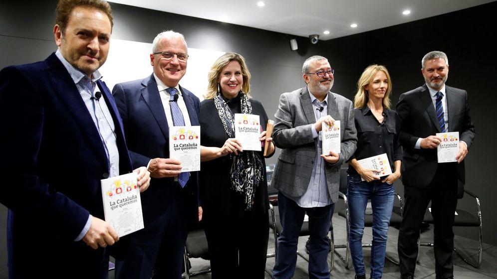 Foto: Presentación del libro 'La cataluña que queremos'. A la izquierda, el periodista Albert Castillón. (EFE)