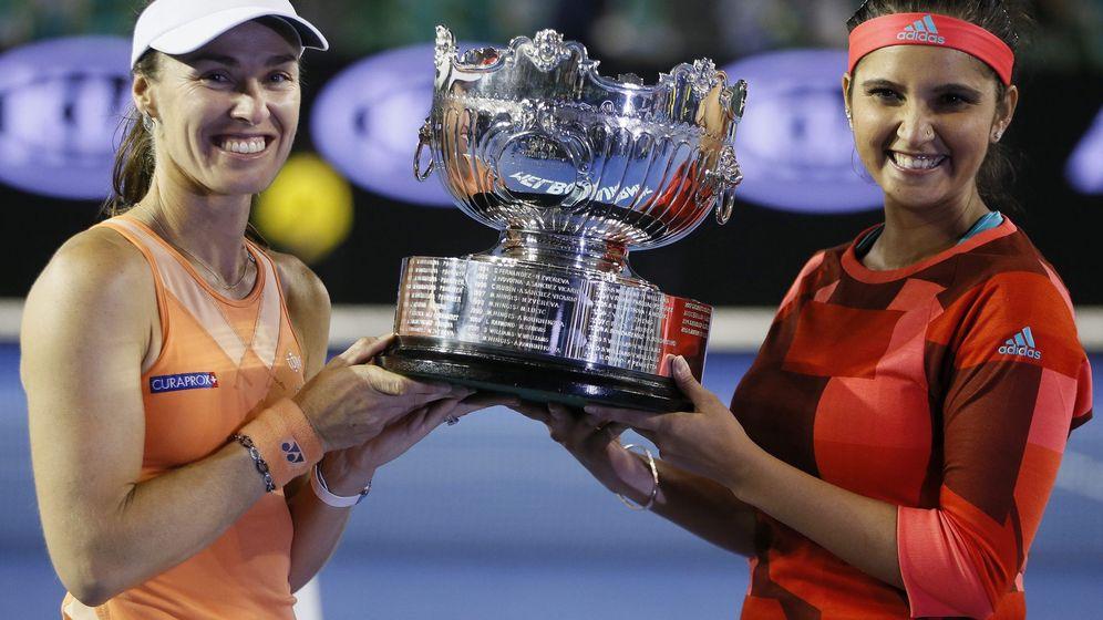 Foto: Martina Hingis (I) y Sania Mirza (D), con el título logrado en Australia tras ganar a Andrea Hlavackova y Lucie Hradecka (Efe)
