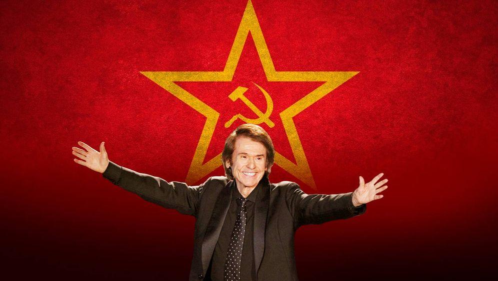 Foto: Raphael frente a la iconografía soviética (Montaje: E. Villarino)