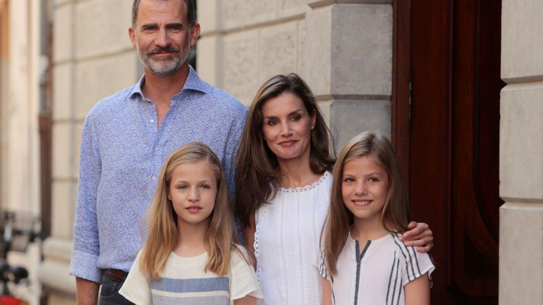 Los Reyes y sus hijas a la salida de la exposición. (Reuters)