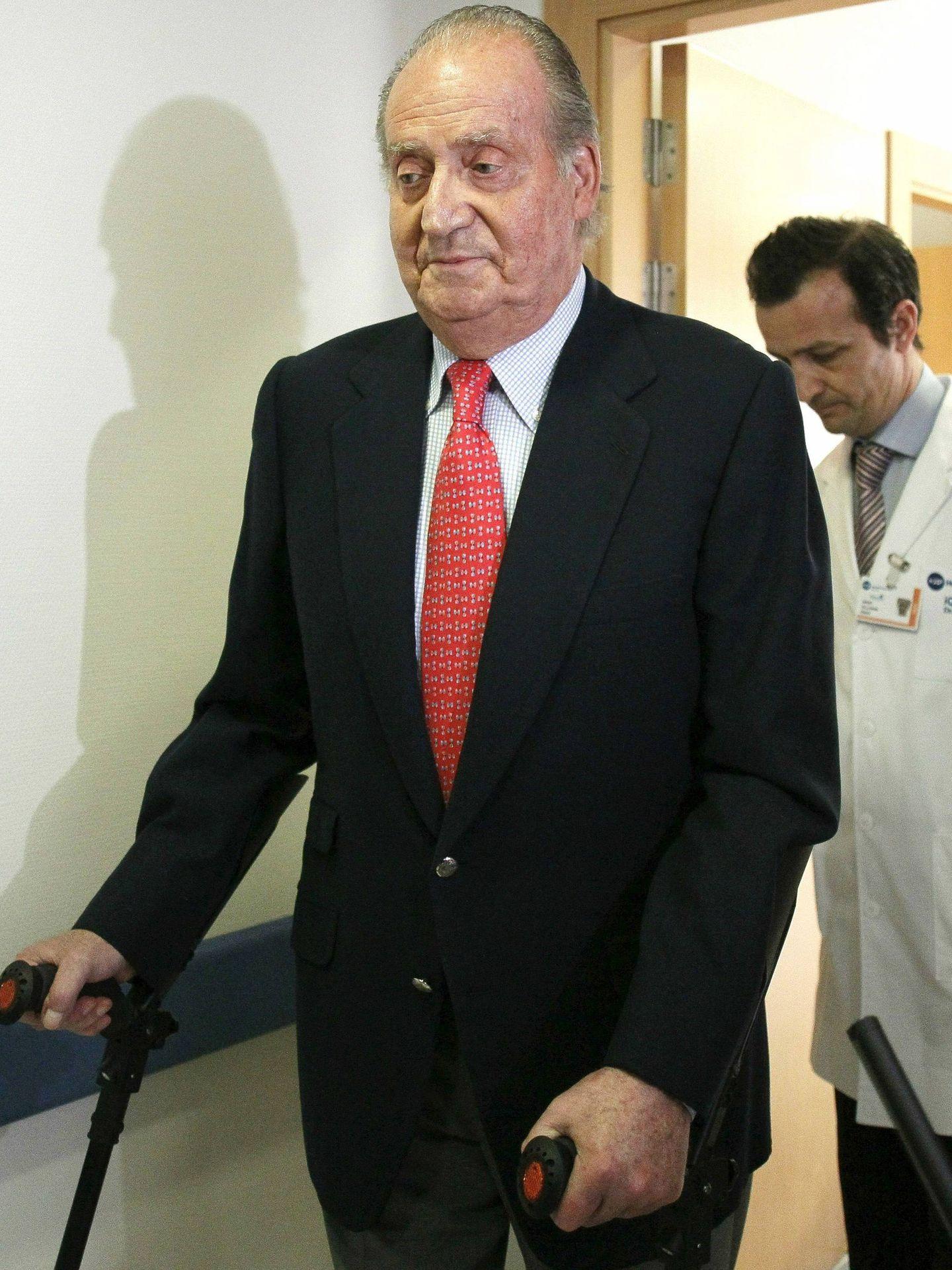 El rey Juan Carlos, en 2012, tras ser operado. (EFE)
