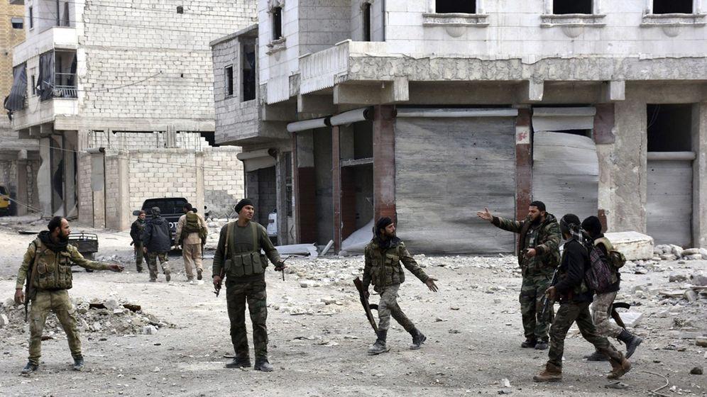 Foto: Soldados sirios que patrullan un barrio de Alepo (Siria)