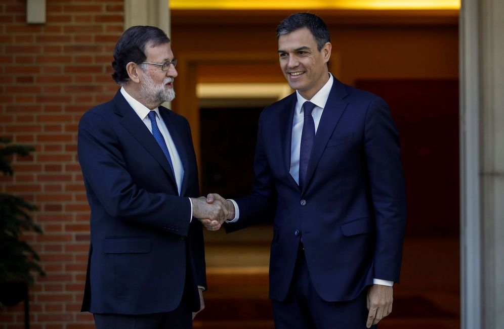 Foto: Mariano Rajoy y Pedro Sánchez, este 15 de mayo minutos antes del comienzo de su reunión en el palacio de La Moncloa. (EFE)