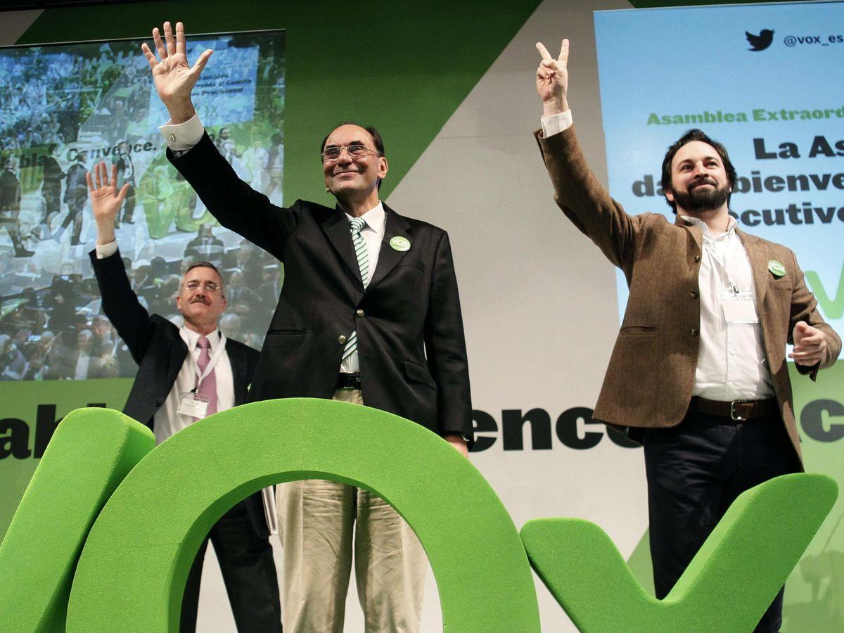 Foto: Alejo Vidal-Quadras (c), junto con José Antonio Ortega Lara (i) y Santiago Abascal (d), en 2014. (EFE)