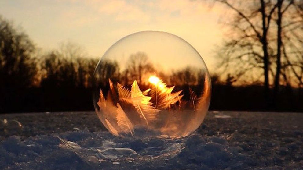 El espectacular momento en que una pompa de jabón se congela en la nieve