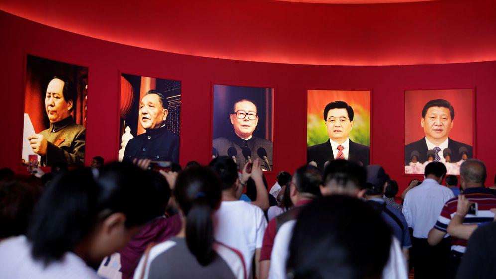 Foto: Fotos de Mao Zedong, otros líderes chinos y el presidente Xi Jinping durante el 70 aniversario de la fundación de la República Popular de China.(PRC). (Reuters)