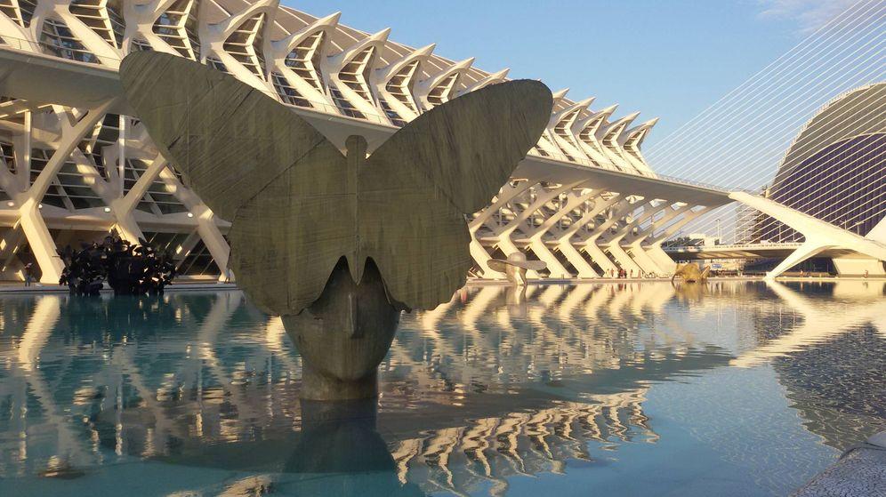 Foto: 'La mariposa', una de las seis cabezas gigantes de Manuel Valdés expuestas en los lagos de la Ciudad de las Ciencias de Valencia.
