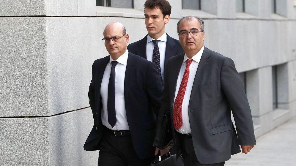 Foto: Angel Ron, con corbata roja, a su llegada a la Audiencia Nacional para declarar. (EFE)