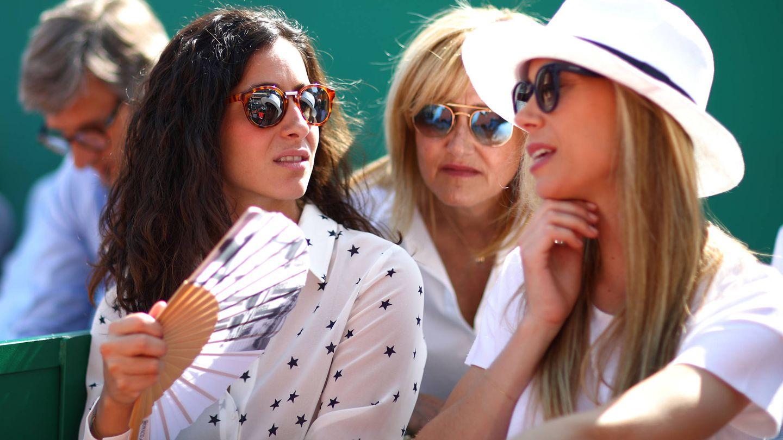 Xisca Perello junto a Ana María Parera y Maribel Nadal, madre y hermana del tenista. (Getty)