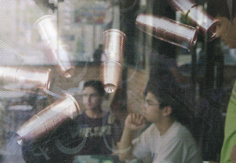 Foto: Jóvenes libaneses tras un póster en un restaurante de comida rápida en Beirut. (Reuters)