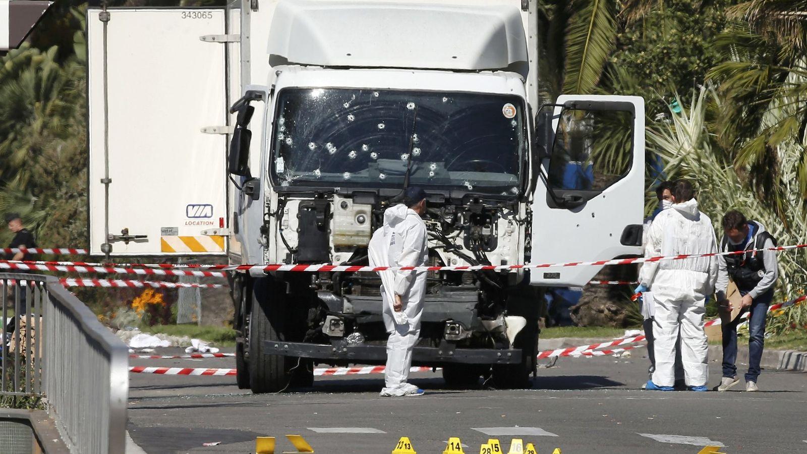 Foto: Investigadores examinan el camión utilizado en el atentado de Niza. (Reuters)