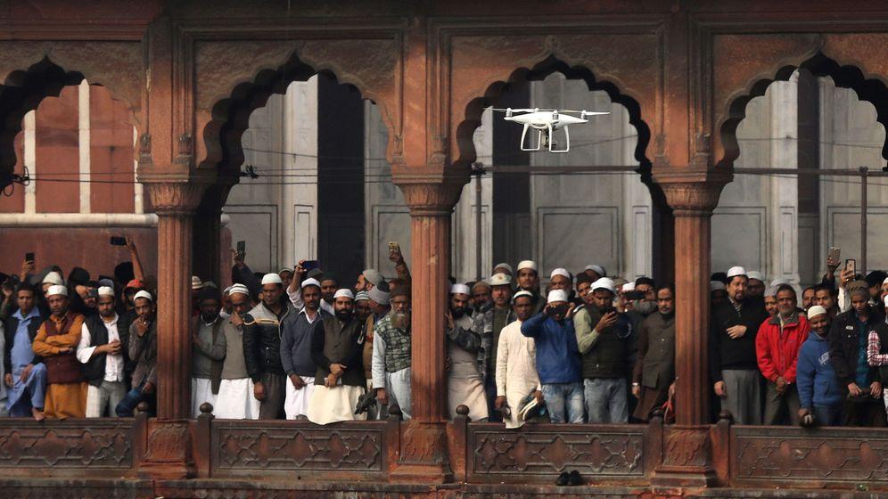 Foto: Un dron de vigilancia sobrevuela una protesta de musulmanes indios contra la ley de ciudadanía. (EFE)