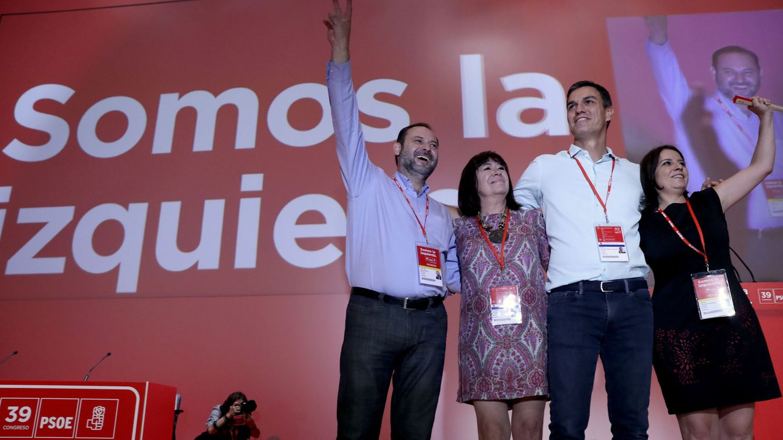 Foto: Pedro Sánchez, flanqueado por su núcleo de poder: José Luis Ábalos, Cristina Narbona y Adriana Lastra, este 17 de junio en la apertura del 39º Congreso del PSOE. (EFE)