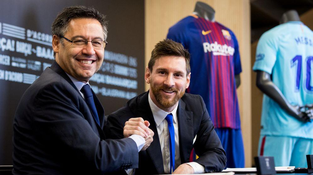 Foto: Bartomeu aprieta la mano de Messi después de la última renovación del jugador argentino con el Barcelona. (Reuters)