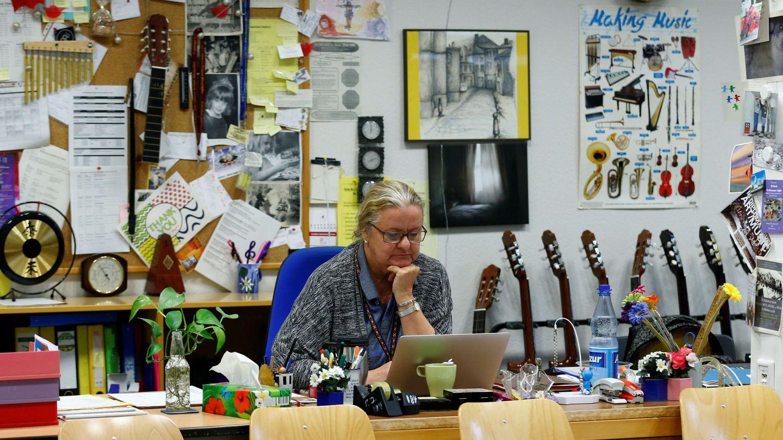 Una profesora en una escuela en Frankfurt (REUTERS)