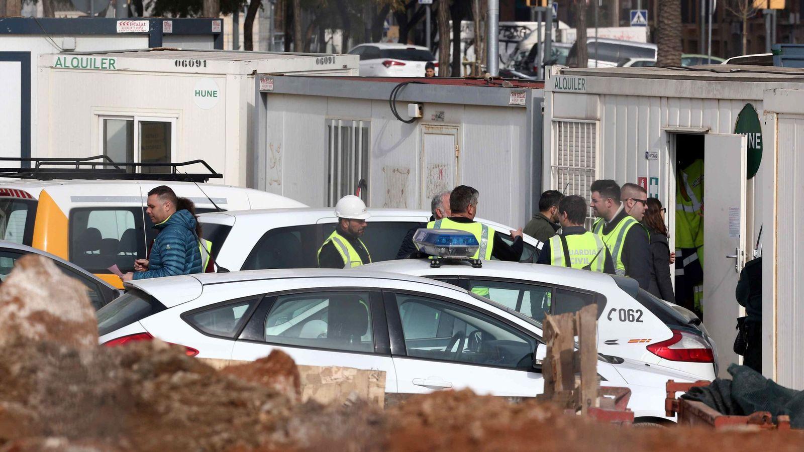 Foto:  Agentes de la Guardia Civil y secretarios judiciales participan en el registro en las obras del túnel de Glòries. (EFE)