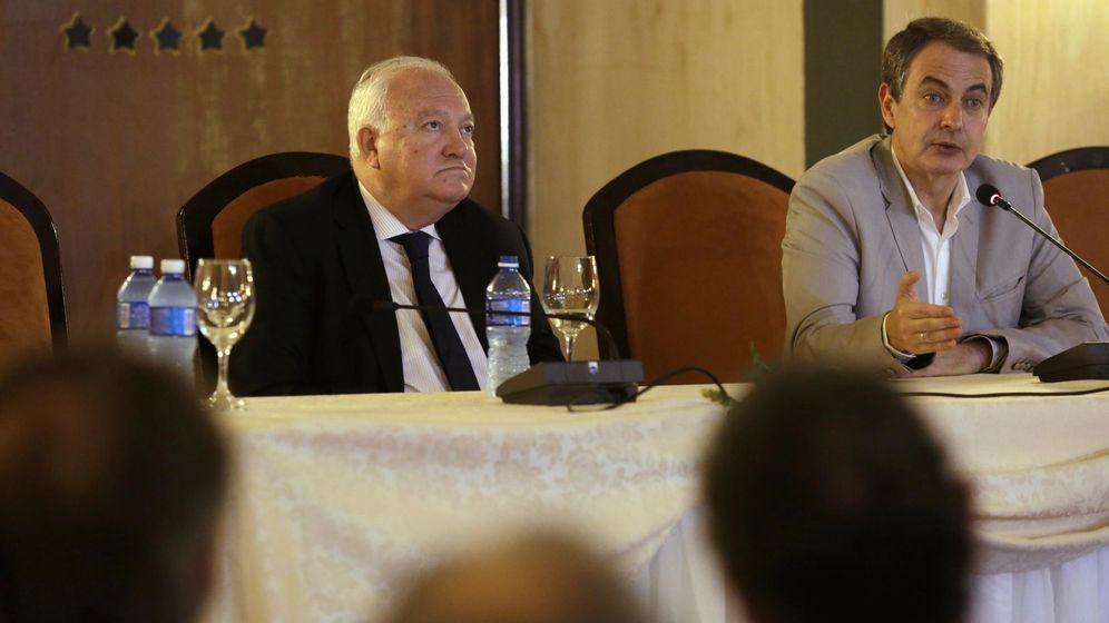 Foto: El ex ministro de Asuntos Exteriores, Miguel Ángel Moratinos junto a Rodríguez Zapatero durante unas conferencias en la Habana en 2015. (Reuters)