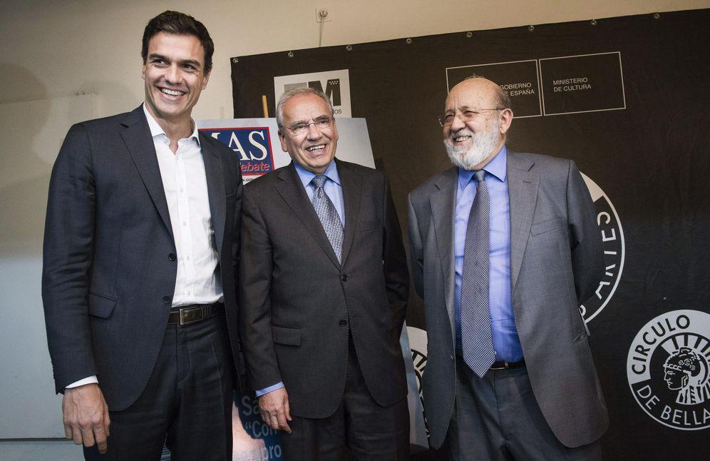 Foto: Pedro Sánchez, con Alfonso Guerra y José Félix Tezanos, en diciembre de 2014, en el 20º aniversario de la revista 'Temas'. (EFE)