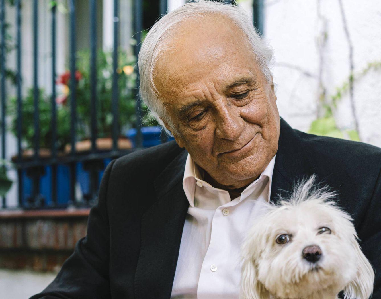 Foto: Raúl del Pozo con su perrita (Sergio Sánchez).