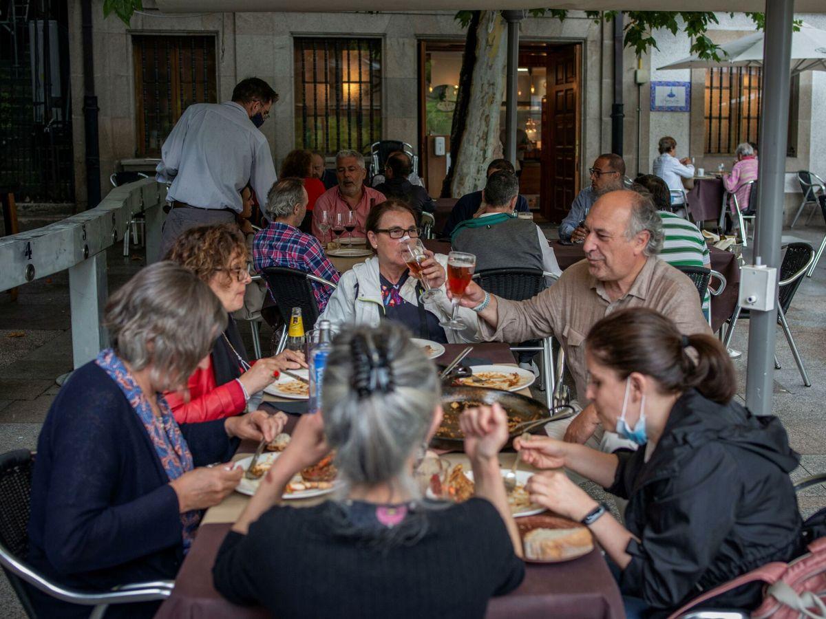 Foto: Varias personas comen en la terraza de un bar de Orense. (EFE)