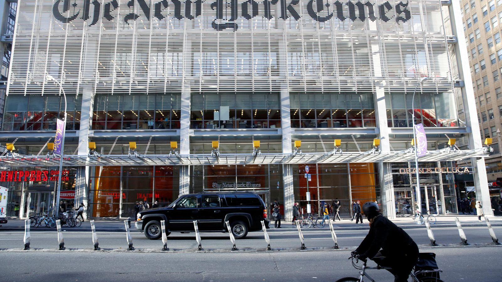 """Foto: La caravana del presidente electo Donald Trump llega al edificio del diario """"The New York Times"""", el 22 de noviembre de 2016 (Reuters)"""