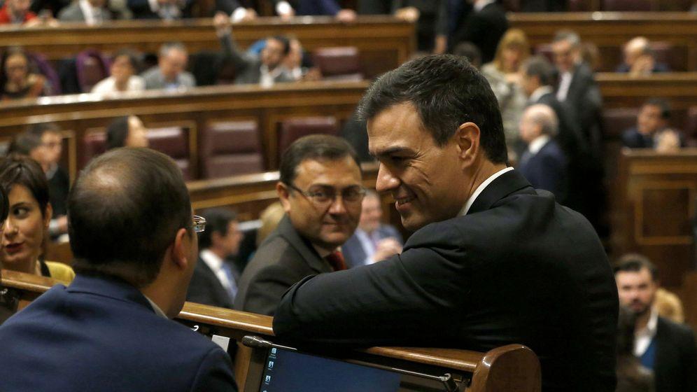 Foto: Pedro Sánchez conversa con su secretario de Organización, César Luena, el pasado 13 de enero en la sesión constitutiva del Congreso. (EFE)