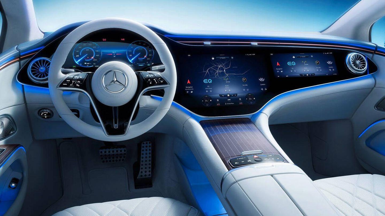Mercedes-Benz cuenta con una pantalla para el acompañante, pero si el DMS detecta que el conductor mira hacia ella, esta se atenúa de manera automática para evitar que la vea.