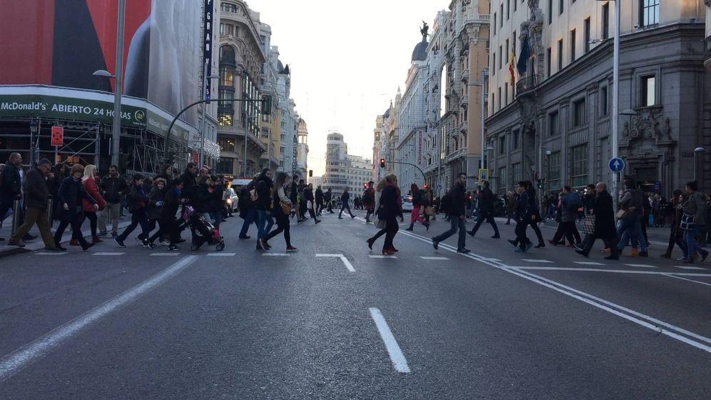 Foto: Los peatones disfrutan de la Gran Vía durante el primer día del corte de tráfico navideño. (Ernesto Torrico)