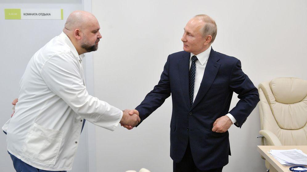 Foto: Putin saluda al doctor Denis Protsenko, que ahora está contagiado. (Reuters)