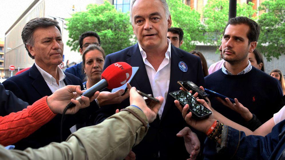 Foto:  El candidato al Parlamento Europeo, Esteban González Pons (c), visita Segovia. (EFE)