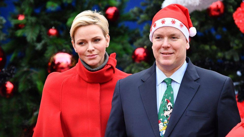Charlène y Alberto de Mónaco felicitan la Navidad con árbol y chihuahua incluido
