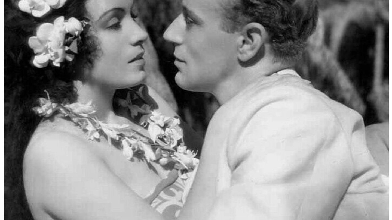 Conchita Montenegro y Leslie Howard, en un fotograma de 'Prohibido'. (Metro-Goldwyn-Mayer)