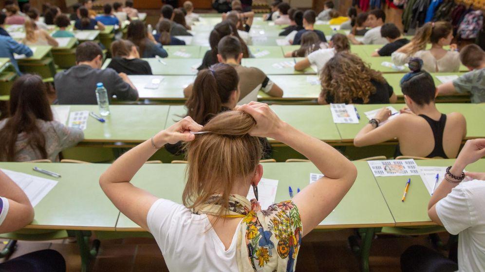 Foto: Estudiantes se preparan minutos antes de que den comienzo los exámenes de selectividad. (EFE)