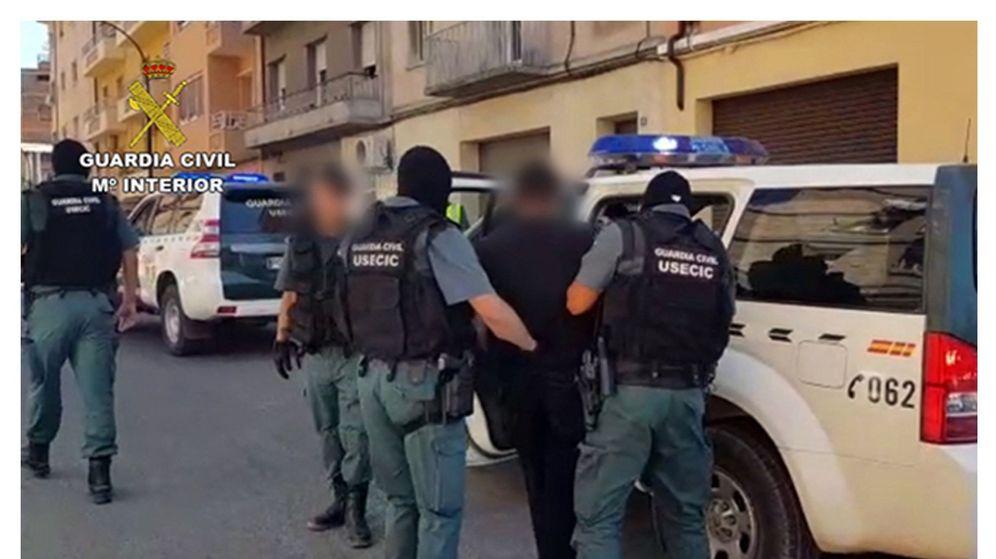 Foto: Momento en el que la Guardia Civil libera a una joven retenida por un hombre en Monzón (Huesca). (EFE)