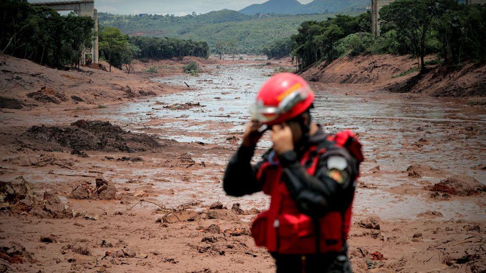 Foto: Bomberos trabajan en las tareas de búsqueda y rescate de las víctimas de la rotura de una presa en Brumadinho, en el estado de Minas Gerais, el 27 de enero de 2019. (EFE)