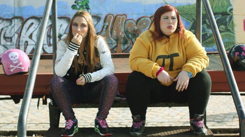 Saida Benzal y Marta Martín, en el cortometraje 'Pipas' (2013).