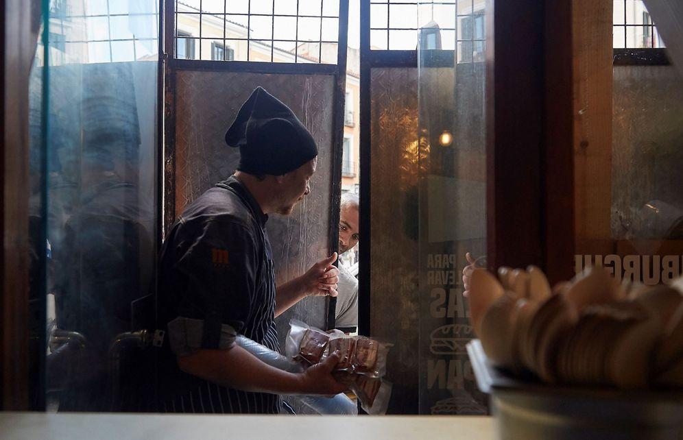 Foto: Un bar reconvertido en un comedor solidario. (EFE)