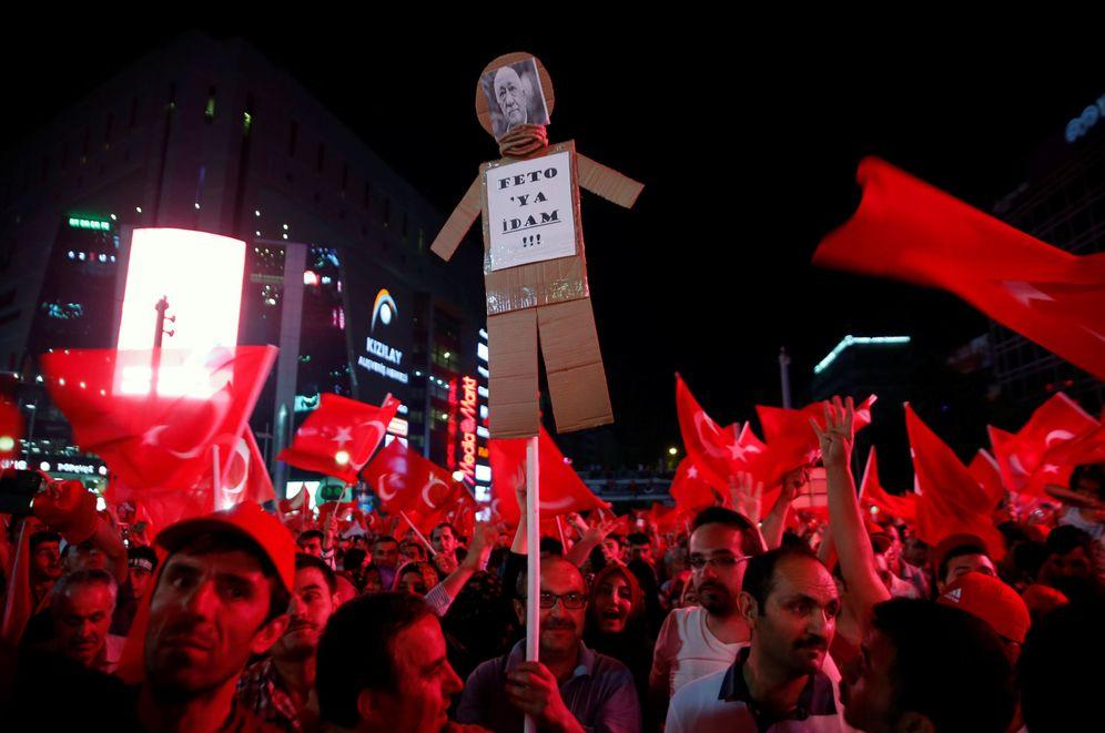 Foto: Partidarios del presidente turco Erdogan enarbolan un muñeco que pide la ejecución de Fethullah Gülen, durante una protesta en Ankara, el 17 de julio de 2016 (Reuters)