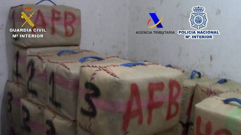 Parte de la droga incautada por los agentes en el barco Malibú. (EC)