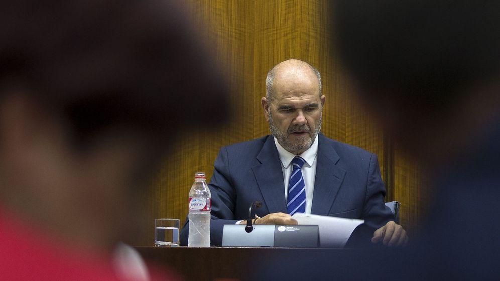 Foto: El expresidente de la Junta de Andalucía Manuel Chaves, momentos antes del inicio de su comparecencia. (EFE)