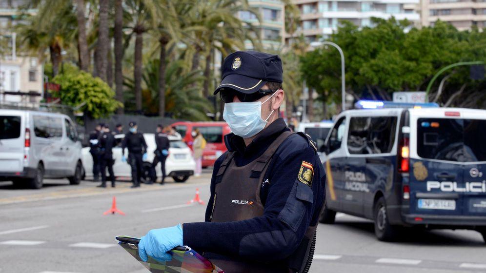 Foto: Un agente de Policía Nacional con mascarilla. (EFE)