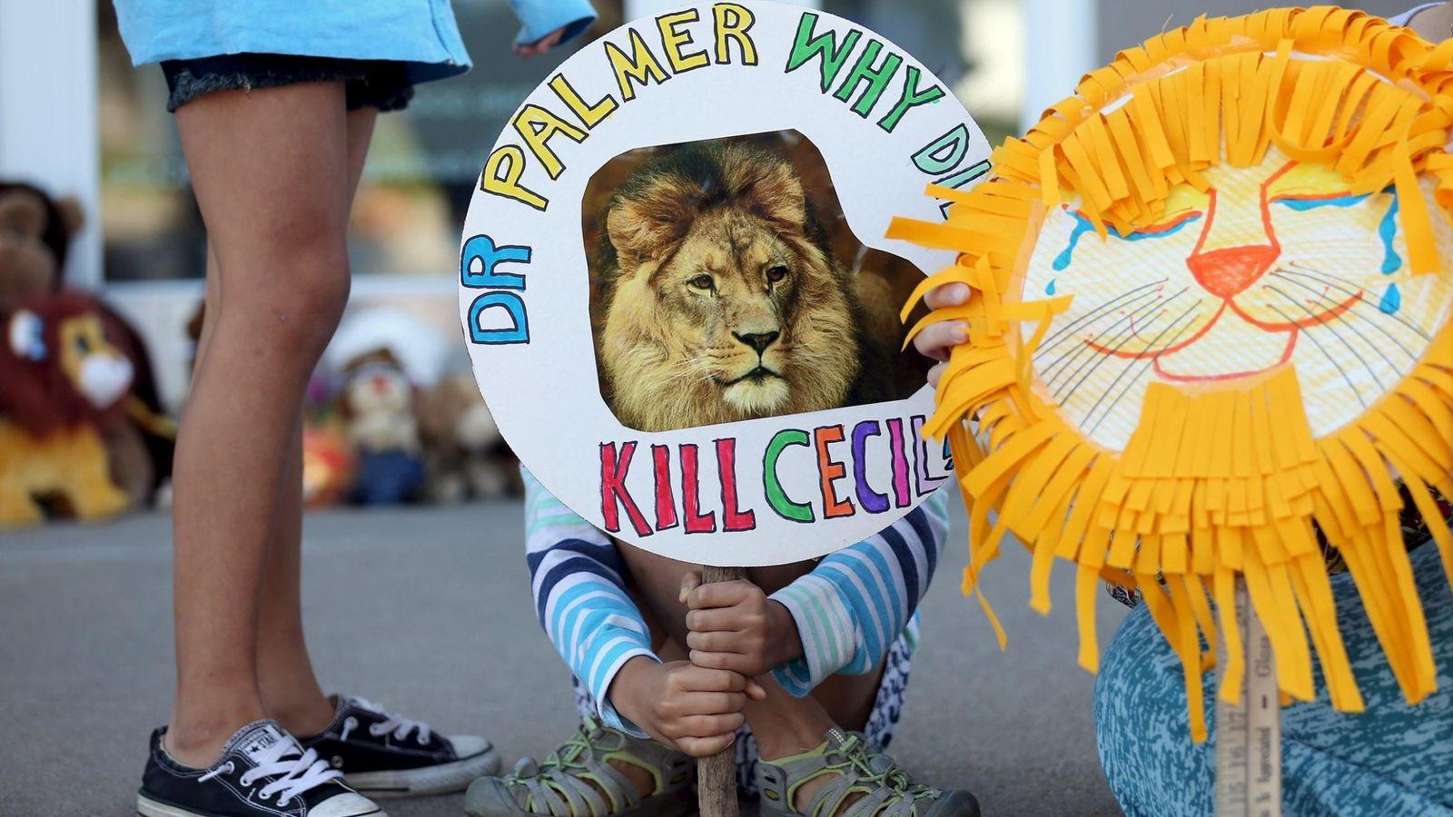 Foto: Concentración delante de la clínica dental de Walter Palmer (Reuters)