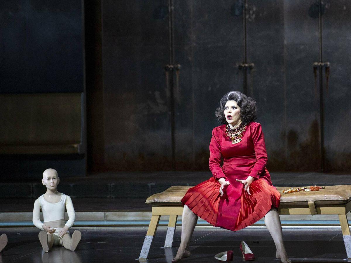 Foto: Tanja Ariane Baumgartner es Clitemnestra. (Bernard Uhlig / Festival de Salzburgo)