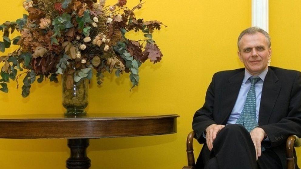Los notarios repescan a su presidente para hacer frente común a Gallardón
