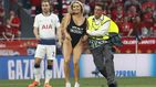 La espontánea en bañador que se coló en la final de la Champions League
