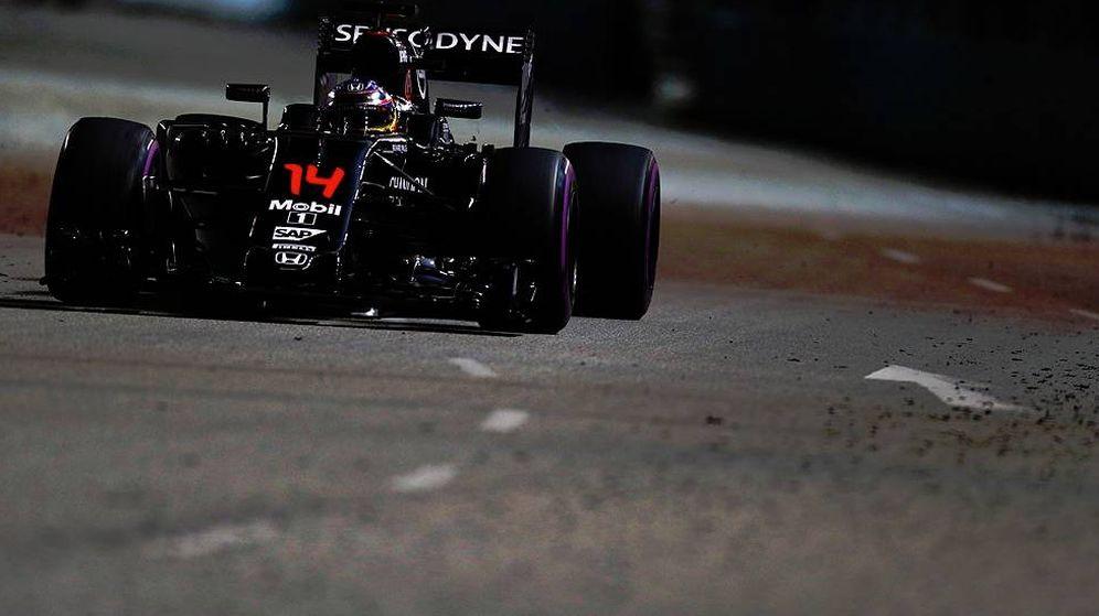 Foto: El McLaren de Fernando Alonso en las calles de Singapur (Foto: @HondaRacingF1).